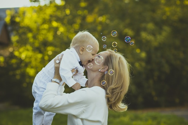 Pixabay mother & Child bubbles happiness-987394_960_720